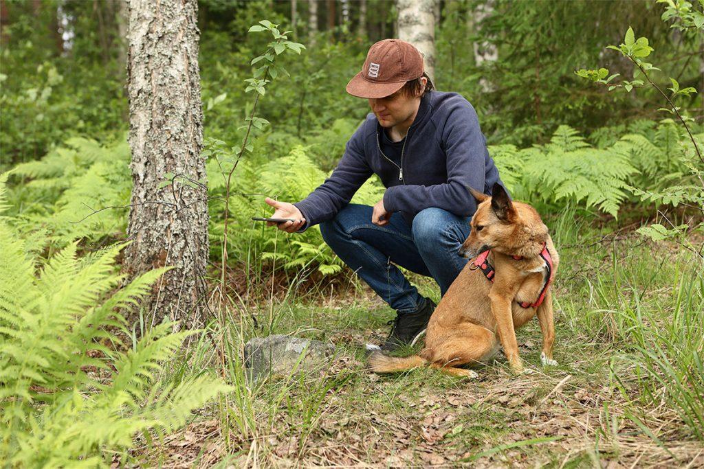 Zoneatlaksen Teemu pelaa Pyykkijahtia yhdessä Lapu-koiran kanssa.